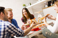 Amis mangeant de la pizza Photo stock