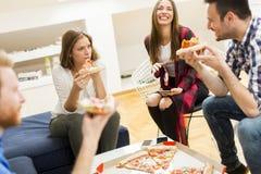 Amis mangeant de la pizza Images libres de droits