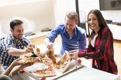 Amis mangeant de la pizza Photographie stock