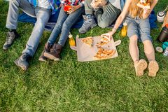 Amis mangeant de la pizza au camping Photo stock