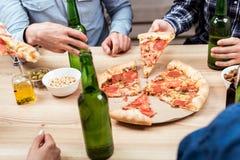 Amis mangeant de la pizza ensemble Photo libre de droits