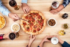 Amis mangeant de la pizza ensemble Photos libres de droits