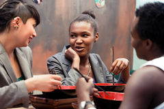 Amis mangeant de la soupe de nouilles dans le restaurant japonais Photo stock