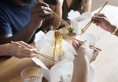Amis mangeant des nouilles de mein de Chow ensemble Photographie stock