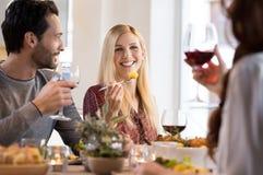 Amis mangeant ensemble Image libre de droits