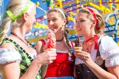 Amis mangeant la glace molle chez Oktoberfest Image stock
