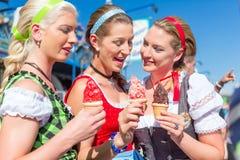 Amis mangeant la glace molle chez Oktoberfest Photos libres de droits