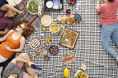 Amis mangeant la pizza et la pastèque Photo stock