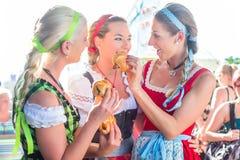 Amis mangeant la saucisse grillée chez Oktoberfest Images libres de droits