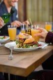 Amis mangeant le déjeuner au café Photographie stock libre de droits