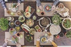 Amis mangeant le dîner végétarien Photos stock