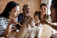 Amis mangeant le mein de bouffe ensemble Photographie stock libre de droits