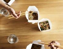 Amis mangeant le mein de bouffe ensemble Image libre de droits