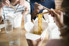 Amis mangeant le mein de bouffe ensemble Photos libres de droits