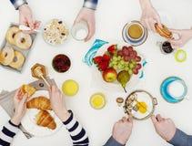 Amis mangeant le petit déjeuner Photo stock
