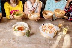 Amis mangeant les repas asiatiques Photo libre de droits
