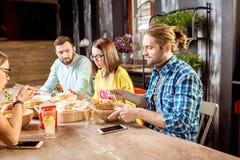 Amis mangeant les repas asiatiques au restaurant Photo stock