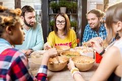 Amis mangeant les repas asiatiques au restaurant Photos stock