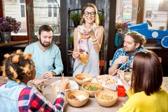 Amis mangeant les repas asiatiques au restaurant Image stock