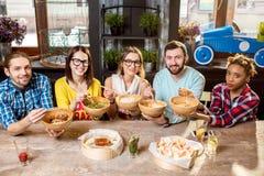 Amis mangeant les repas asiatiques au restaurant Images libres de droits