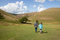 Amis marchant chez Dovedale Thorpe Valley Derbyshire photographie stock