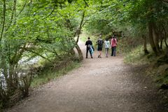 Amis marchant chez Dovedale Thorpe Valley Derbyshire photo stock