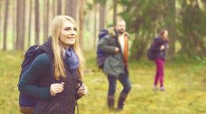 Amis marchant dans la forêt et appréciant une bonne journée d'automne Camp, Photo libre de droits
