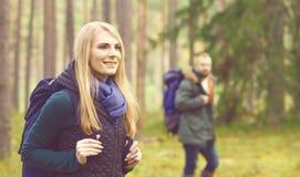 Amis marchant dans la forêt et appréciant une bonne journée d'automne Camp, Images stock