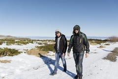 Amis marchant dans la montagne d'hiver Vacances d'hiver Photo stock