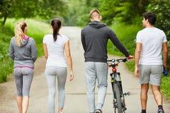 Amis marchant en parc Image libre de droits