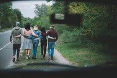 Amis marchant ensemble Photographie stock libre de droits