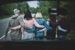 Amis marchant ensemble Image libre de droits