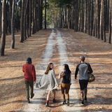 Amis marchant explorant dehors le concept Photo libre de droits