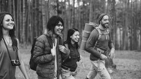 Amis marchant explorant dehors le concept Images libres de droits