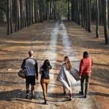 Amis marchant explorant dehors le concept Photo stock