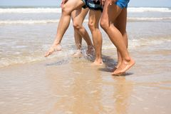 Amis marchant le long de la plage Photographie stock libre de droits