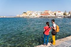 Amis marchant le long du bord de mer dans la vieille ville Photo libre de droits