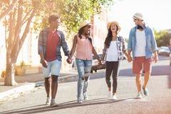 Amis marchant main dans la main Photographie stock libre de droits