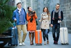 Amis marchant par la rue de ville Images libres de droits