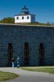 Amis marchant par la tour de phare sur le fort Images stock