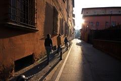 Amis marchant sur des rues de Bologna, Italie Photos stock