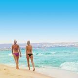 Amis marchant sur la plage Images stock
