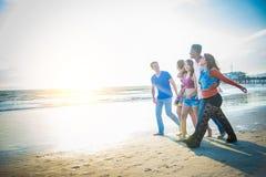 Amis marchant sur la plage Photographie stock libre de droits