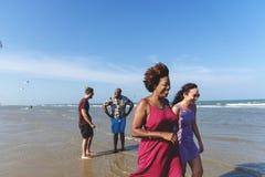Amis marchant sur la plage ensemble Images stock