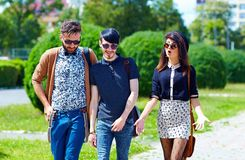 Amis marchant sur la rue, culture de la jeunesse Image libre de droits
