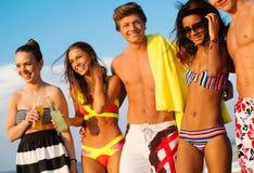 Amis marchant sur une plage Photo libre de droits