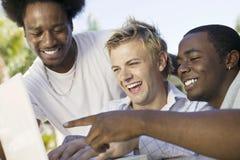 Amis masculins à l'aide de l'ordinateur portable Images libres de droits
