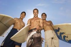 Amis masculins avec des planches de surf Photos libres de droits