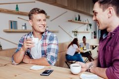 Amis masculins buvant du café Photographie stock