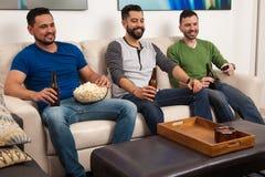 Amis masculins détendant et buvant de la bière Photographie stock